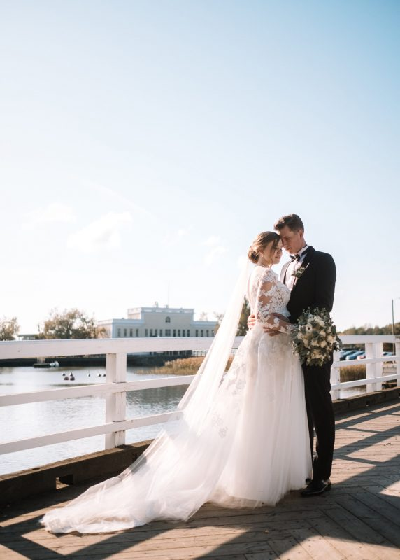 Lace bridal gown with veil, Juulia Peuhkuri kuva Stelios Kirtselis