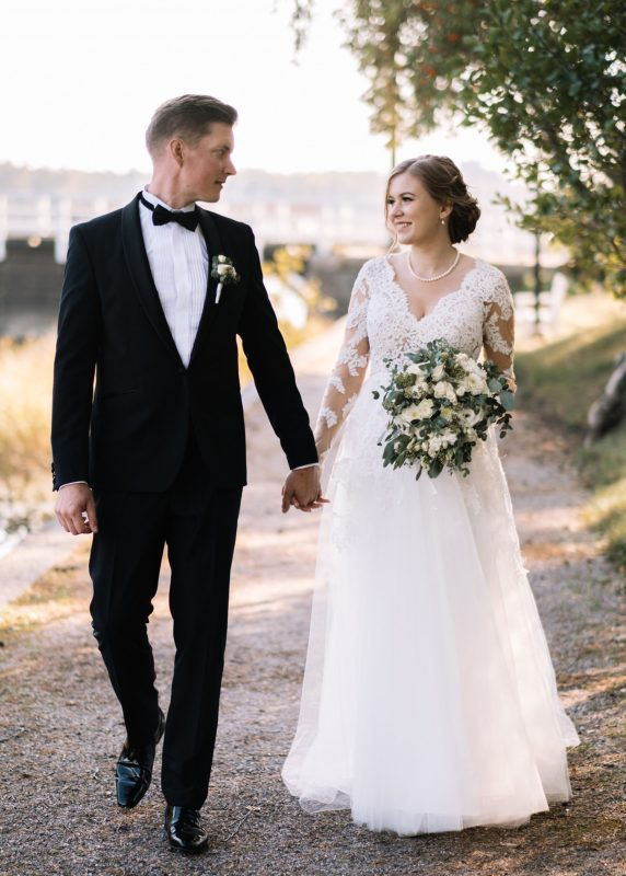 Tulle skirt Lace bridal gown, Juulia Peuhkuri kuva Stelios Kirtselis